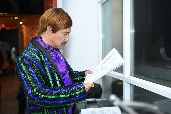 Quang Thắng cẩn thận đọc lại kịch bản trước giờ diễn. Anh đã cùng các anh em luyện tập cho chương trình từ trước đó một tháng.