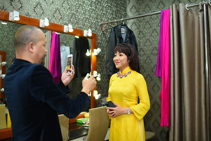 MC Thảo Vân tâm đắc với bộ áo dài được NTK Đức Hùng thiết kế riêng nên nhờ anh chụp ảnh làm kỷ niệm.