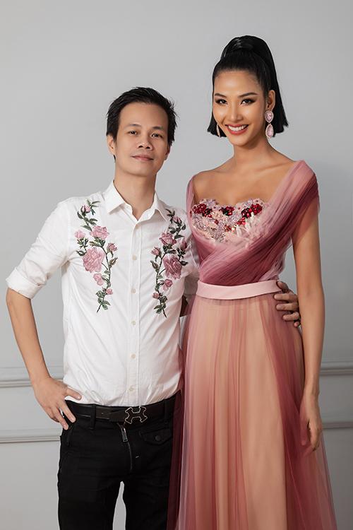 Hoàng Hải vừa tung ra bộ sưu tập mới và á hậu, người mẫu Hoàng Thuỳ là người anh gửi gắm thể hiện những thiết kế của mình.