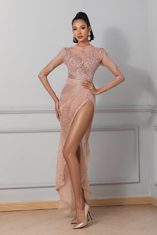 Tà váy ngắn vừa tạo nên sự phá cách vừa giúp phái đẹp có thể thoải mái di chuyển trong những bữa tiệc sang trọng.