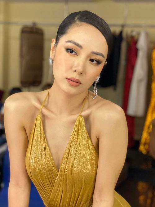 Ở tuổi 36, Phương Linh vẫn được nhiều người ngưỡng mộ bởi nhan sắc tươi trẻ, rạng rỡ. Cô rất kín tiếng về chuyện đời tư. Từng có thời gian cô bị đồn yêu Hà Anh Tuấn vì cả hai song ca quá tình tứ trên sân khấu. Tuy nhiên, cả hai cho biết họ chỉ là bạn bè.