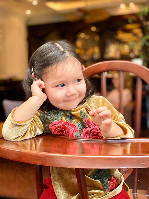Bé Myla được mẹ làm điệu bằng cách cài tóc ton sur ton với váy.