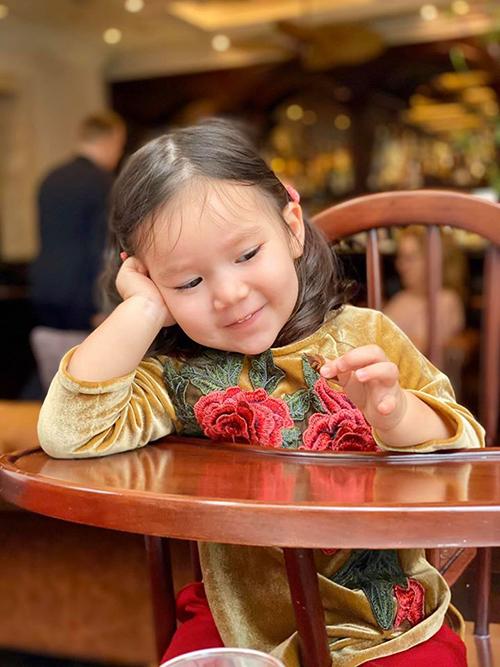 Cô bé 19 tháng tuổi cũng rất điệu đà, tích cực diễn xuất khi biết ống kính hướng về mình.