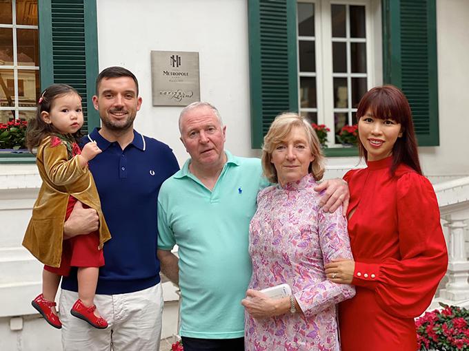 Đối với Hà Anh, Canh Tý là một cái Tết đặc biệt vì có đông đủ các thành viên trong gia đình. Bố mẹ chồng cô ở nước ngoài cũng đến Việt Nam cùng các con và cháu gái chào mừng năm mới. Sáng mùng một Tết, cả nhà cùng nhau dạo phố và chụp ảnh kỷ niệm.