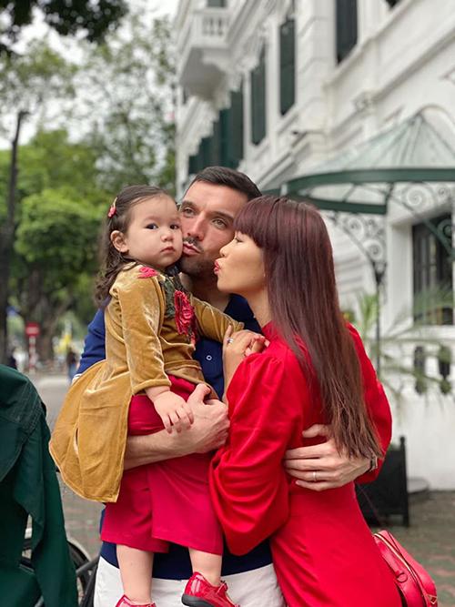 Hà Anh sống cùng chồng và con gái ở Sài Gòn nhưng đã gồng gánh cả nhà ra Hà Nội từ 29 Tết để đón năm mới cùng đại gia đình. Họ hàng nội, ngoại của cô hầu hết ở thủ đô.