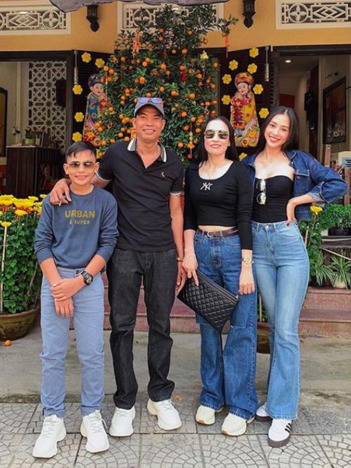 Hoa hậu Tiểu Vy về Hội An ăn Tết với bố mẹ và em trai.