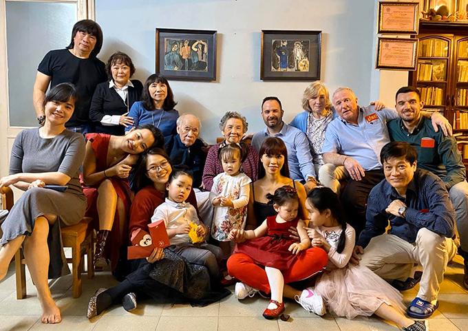 Vợ chồng Hà Anh quây quần bên các thành viên trong gia đình ở Hà Nội. Ông bà cô năm nay đã 92 tuổi và rất vui mừng khi con cháu có mặt đông đủ trong ngày đầu năm mới.