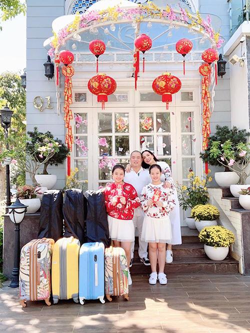 Gia đình cựu siêu mẫu Thuý Hạnh và nhạc sĩ Minh Khang lên đường du xuân từ mùng một Tết để ra Hà Nội đoàn tụ với nhà ngoại. Hôm nay cũng là sinh nhật tròn 70 tuổi của bố Thuý Hạnh.