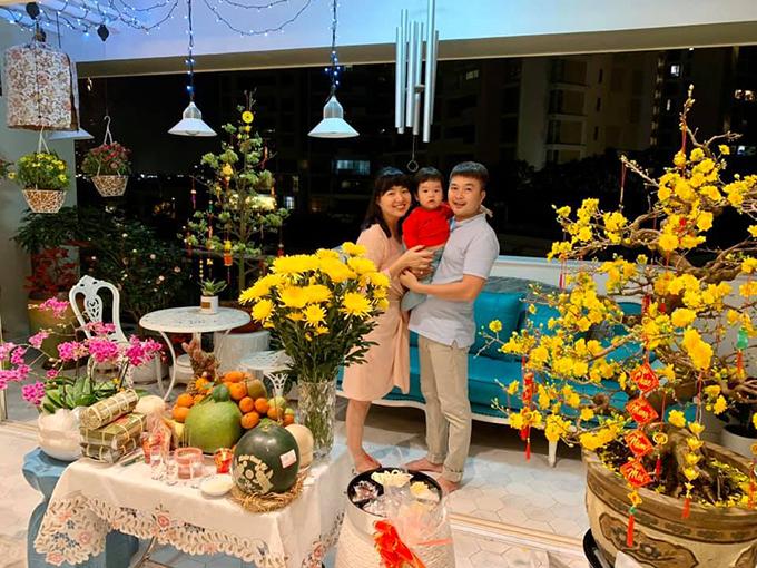 Vợ chồng Tuấn Khải - Lê Khánh hạnh phúc bên con trai Tuấn Khang trong tổ ấm nhỏ.