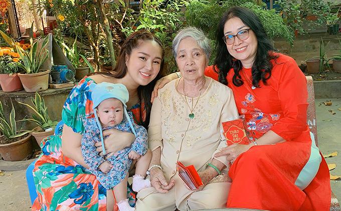 Bốn thế hệ trong gia đình Lê Phương quây quần trong một khuôn hình. Nữ diễn viên gọi đây là tấm ảnh vô giá.