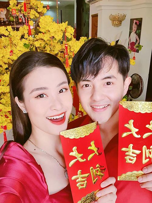 Vợ chồng Đông Nhi - Ông Cao Thắng diện trang phục đỏ ton sur ton hào hứng nhận lì xì may mắn trong ngàyngày đầu tiên của năm Canh Tý.