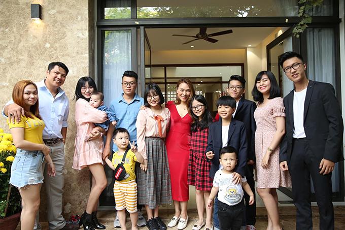 Các thế hệ trong gia đình Mỹ Tâm luôn giữ truyền thống quây quần bên tại nhà cô vào mùng một Tết hàng năm.