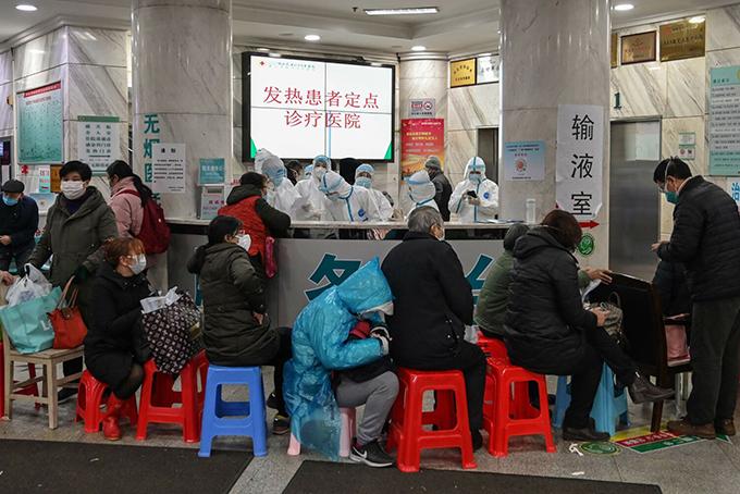 Người dân Vũ Hán xếp hàng chờ khám bệnh ở bệnh viện. Ảnh: SCMP.