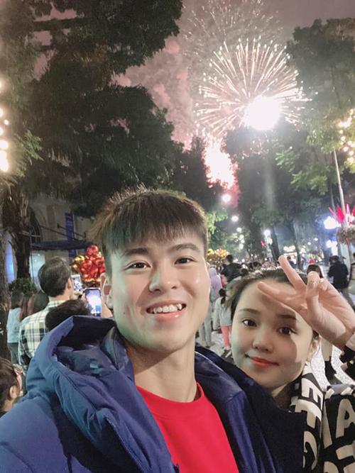 Duy Mạnh và bà xã Quỳnh Anh đi xem pháo hoa và háo hức đón năm mới đầu tiên với tư cách vợ chồng.