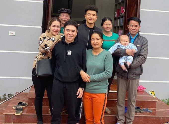 Hà Đức Chinh đăng ảnh chụp cùng gia đình và người thân kèm lời nhắn: Chúc mừng năm mới. Chúc mọi người năm mới thật nhiều vui vẻ nhiều sức khoẻ luôn hạnh phúc và thật nhiều thành công.