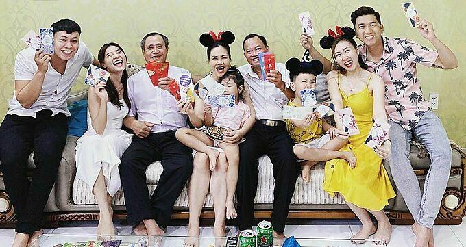 Ninh Dương Lan Ngọc (thứ hai từ trái qua) cười thả ga trong khoảnh khắc sum vầy năm mới bên gia đình.