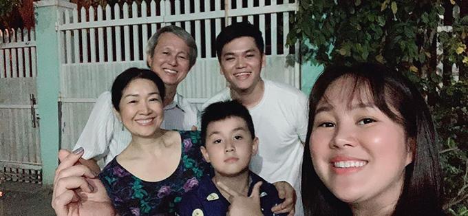 Lê Phương đón năm mới bên gia đình ở Trà Vinh. Cô kể: 23:55 đêm giao thừa gia đình Cà Pháo bị mời ra đường để chờ qua năm mới xông đất nhà ngoại. Năm 2020 sẽ là một năm đầy sung túc, hạnh phúc và bình an cho tất cả chúng ta.
