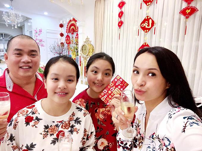Vợ chồng Thuý Hạnh - Minh Khang cùng nâng ly chúc mừng năm mới: Gia đình bé An, ba Khang, mẹ Hạnh, bé Hân kính chúc các ông bà, các bác, các cô chú, các anh chị một năm mới An Khang - Hạnh phúc - Hân hoan nhiều niềm vui và phát tài phát lộc.