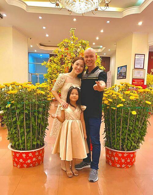 Phan Đình Tùng đón giao thừa cùng vợ conở nhà bố mẹ vợ ở Long Xuyên, An Giang.