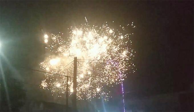 Pháo nổ sáng rực tại huyện Cẩm Xuyên. Ảnh: H.L