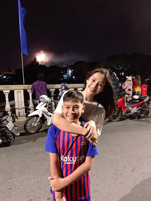 Hoa hậu Tiểu Vy ăn mặc giản dị cùng em trai đi xem pháo hoa ở quê nhà.