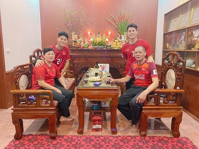 Gia đình trung vệ Trần Đình Trọng mặc áo đội tuyển Việt Nam đón năm mới Canh Tý với ước nguyện: Hãy đỏ như màu áo nhé năm 2020.