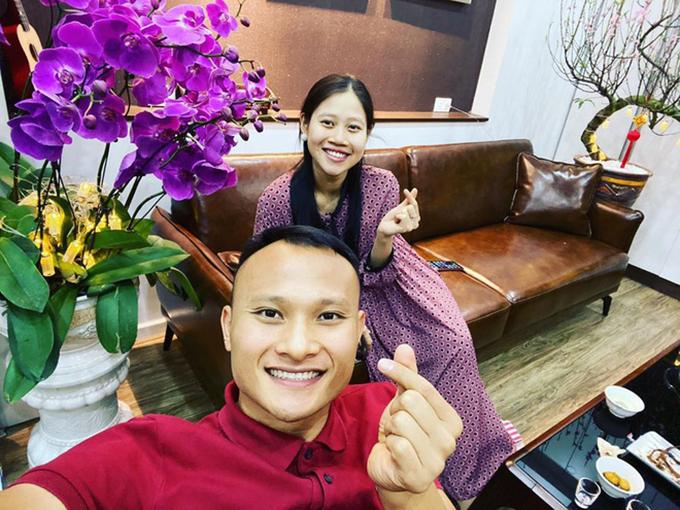 Trọng Hoàng cùng bắn tim khi pose ảnh cùng vợ.