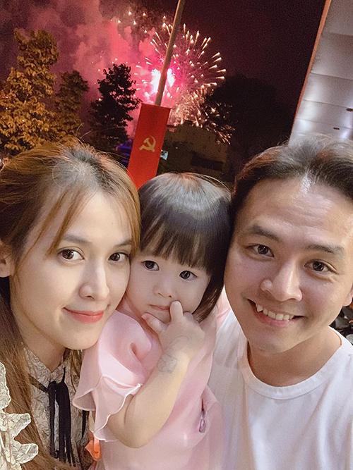 Vợ chồng Anh Văn - Tú Vi ngắm pháo hoa cùng con gái.