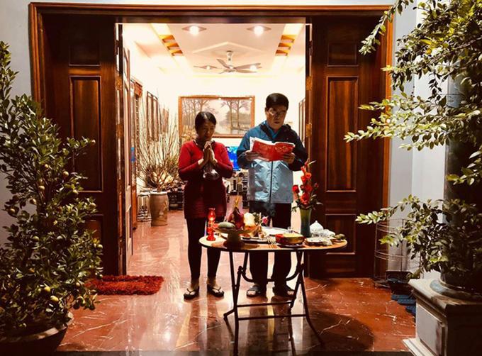 Tiền vệ Lương Xuân Trường đăng ảnh bố mẹ đang làm lễ cầu sức khoẻ, bình an trong năm mới.