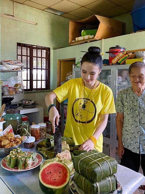 Angela Phương Trinh trổ tài đảm đang giúp bà nội cắt bánh tét, chuẩn bị mâm cỗ đầu xuân.