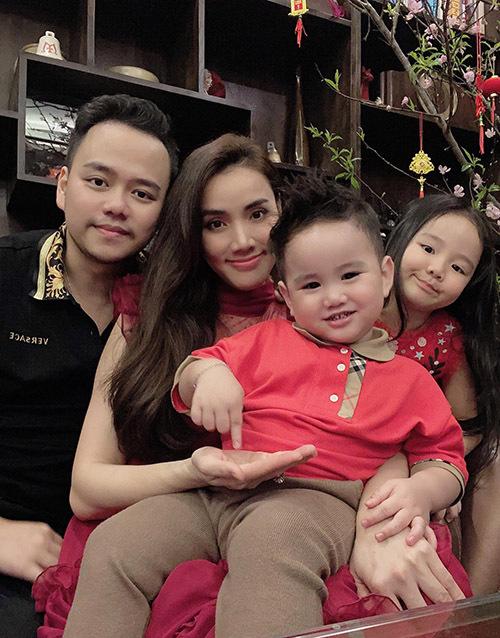 Vợ chồng Trang Nhung đưa hai con từ Sài Gòn ra Hà Nội 2 tuần trước Tết để phụ mẹ chồng dọn dẹp, trang trí nhà cửa đón xuân mới.