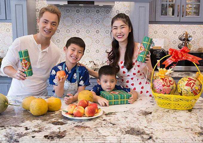 Đăng Khôi chia sẻ, vợ chồng anh muốn giữ truyền thống văn hoá tốt đẹp để các con cảm nhận sự ấm áp, không khí sum vầy, tình thân gia đình trong những ngày lễ Tết.
