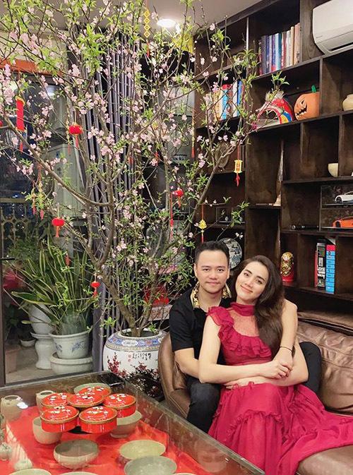 Nữ diễn viên tình tứ bên ông xã - đạo diễn Hoàng Duy.
