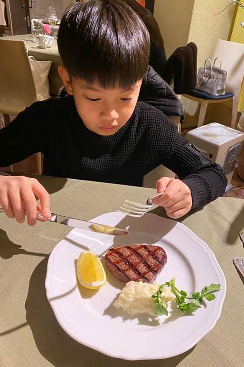 Subeo thưởng thức bữa tối ở một nhà hàng sang trọng.
