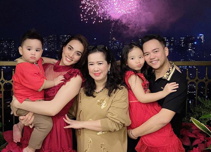 Nhà văn Thu Huệ - mẹ chồng Trang Nhung - thức đợi xem pháo hoa đêm giao thừa cùng con trai, con dâu và hai cháu nội.