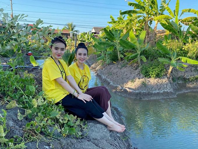Hai chị em người đẹp thích thú không khí trong lành, khung cảnh nhiều cây xanh ở quê nội tại huyện Gò Đen, Tây Ninh.