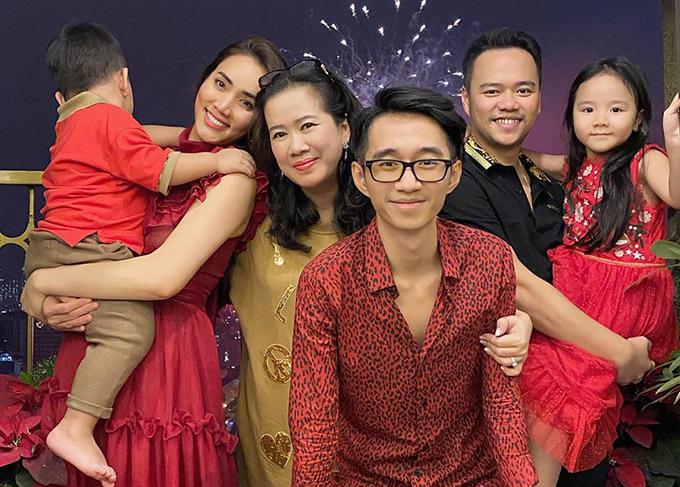 Nhà chồng Trang Nhung neo người, chỉ có mẹ chồng và em trai chồng cô nên năm nào nữ diễn viên cũng đưa các con về ăn Tết với bà nội và chú.