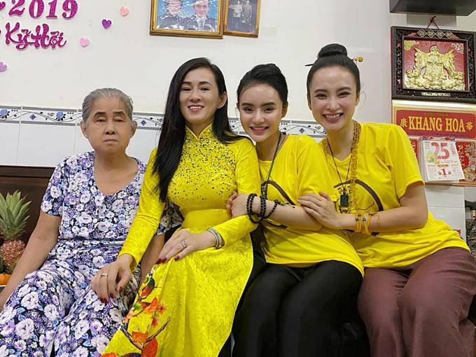 Trước đó, hai chị em Angela Phương Trinh cùng mẹ (thứ hai từ trái sang) sang chúc Tết và mừng tuổi bà ngoại.