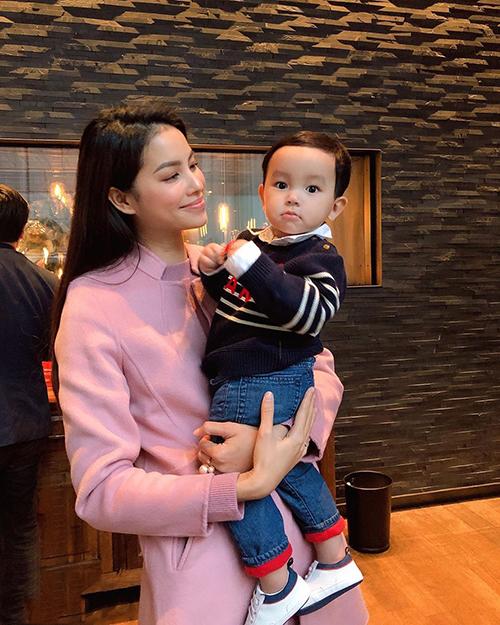 Phạm Hương bên con trai Maximus.