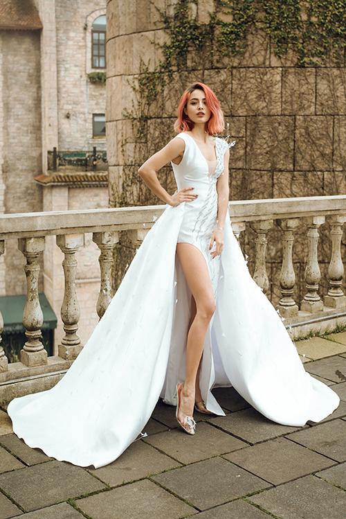 Anh đặt ra thách thức cho bản thân, khiến mẫu váy vừa có tính ứng dụng, vừa phá cách.