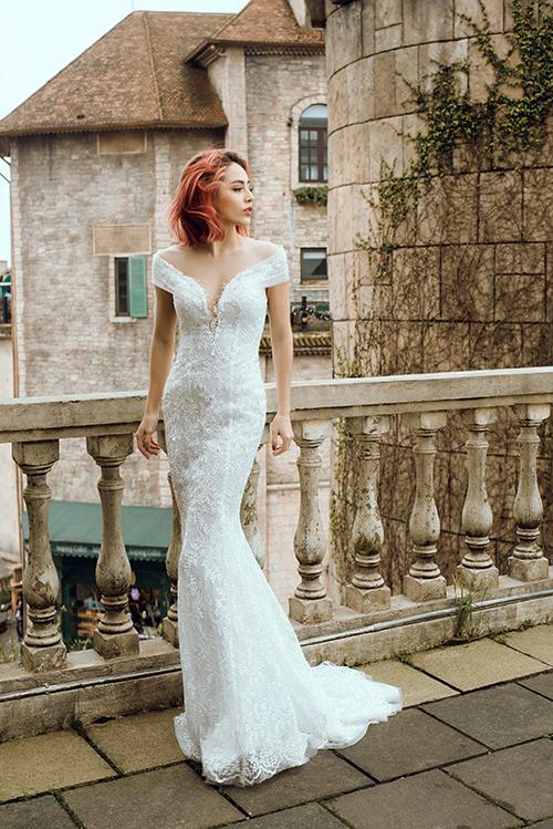 Điểm sáng của váy cưới đuôi cá đến từ đường cắt cúp, chất liệu vải cao cấp, hoạ tiết ren đăng đối.
