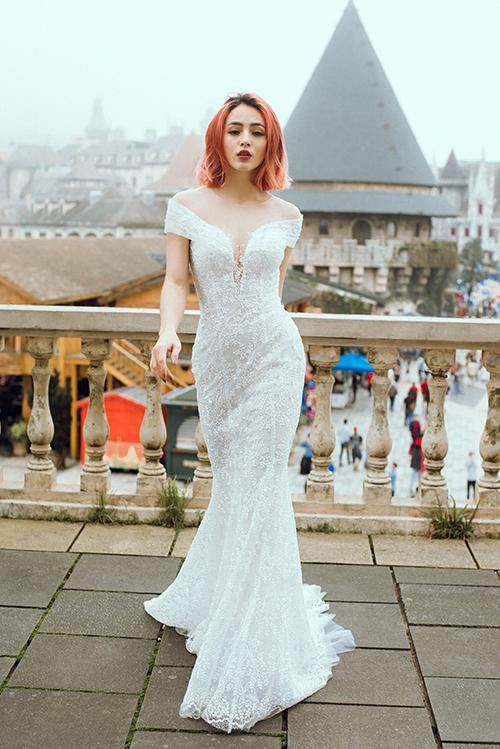 Đường cong của cô dâu được tôn triệt qua thiết kế ôm sát. Phần cổ illusion (cổ voan mờ) làm toát lên vẻ gợi cảm, nước da trắng của cô dâu.
