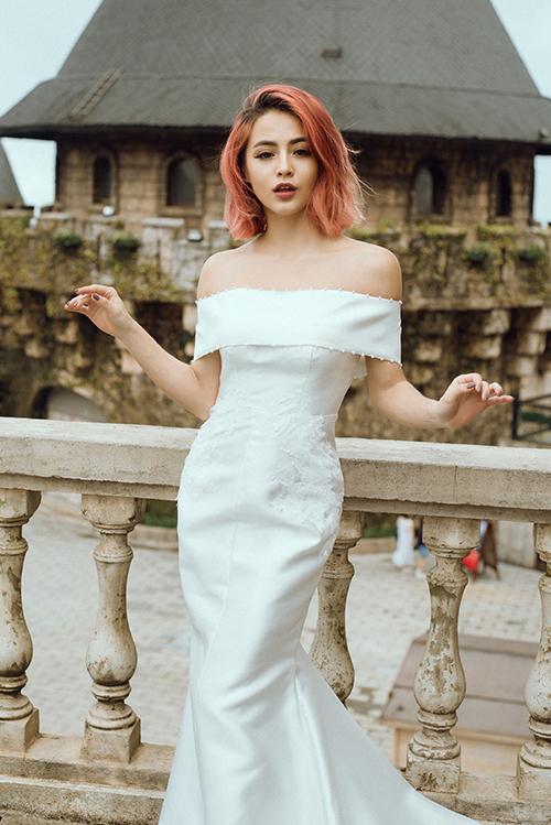 Váy tối giản được áp dụng xu hướng thời trang thập niên 1960, điểm hạt ngọc trai nơi viền áo, ren hoạ tiết tới ngang hông.
