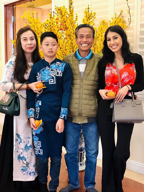 Tết Nguyên đán, Bảo Nam trở về Mỹ đoàn tụ với ông bà ngoại và dì ruột. Cậu bé sinh năm 2008, là trái ngọt trong cuộc hôn nhân của hoa hậu Jennifer Phạm và chồng cũ - ca sĩ Quang Dũng.Ở tuổi 12, Bảo Nam vàcao gần bằng người lớn trong nhà.