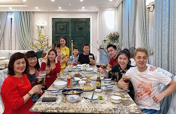 Đại gia đình Đăng Khôi quây quần trong bữa cơm ấm cúng ngày Tết.