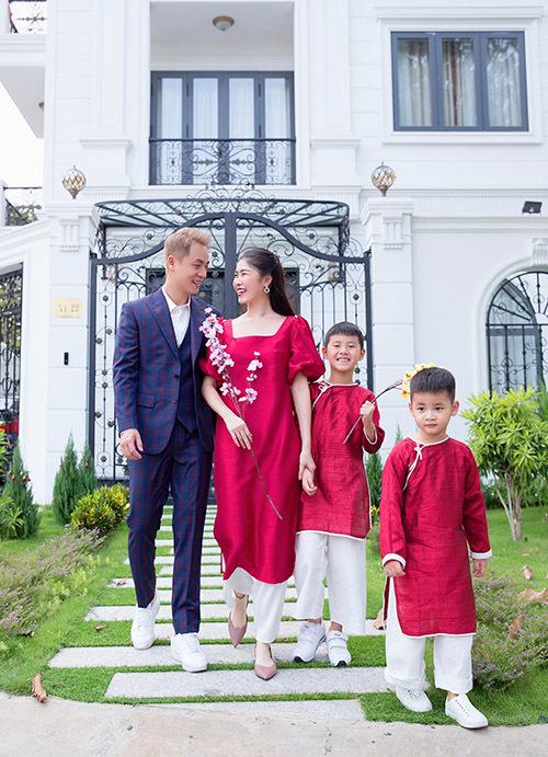 Đăng Khôi diện vest lịch lãm trong khi bà xã và hai con xúng xính với áo dài đi du xuân. Sau 10 năm vào Sài Gòn lập nghiệp, họ đã coi thành phố này là quê hương thứ hai, sau Hà Nội.