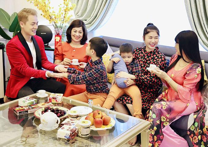 Nam ca sĩ cùng vợ con mời trà, chúc bà nội và bà ngoại của Đăng Anh, Đăng Khang luôn mạnh khoẻ, trẻ trung.