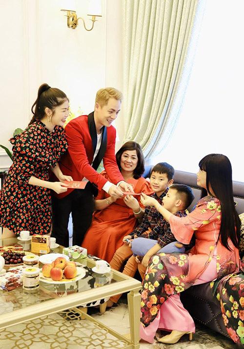 Vợ chồng Đăng Khôi lì xì hai mẹ và các con trong ngày mùng 1 Tết Canh Tý.