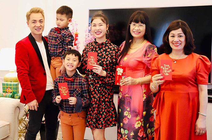 Cả nhà diện trang phục gam đỏ chủ đạo mong một năm mới ngập tràn niềm vui và may mắn.