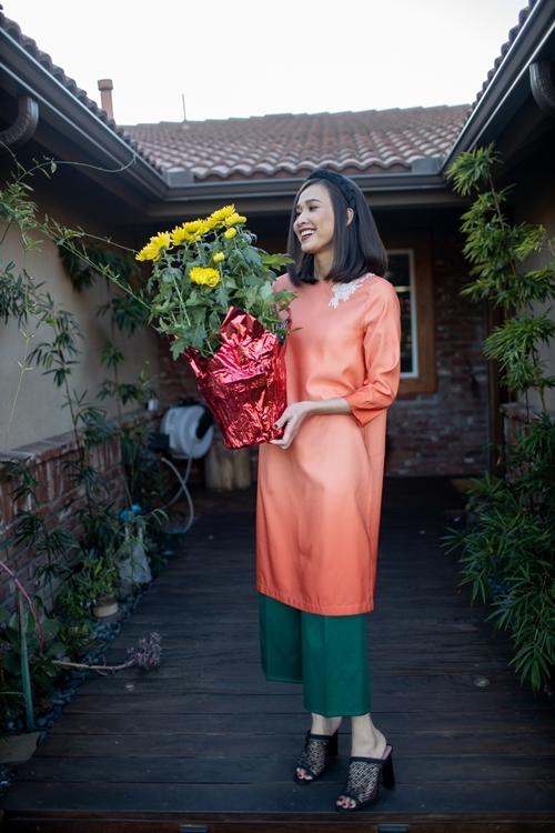 Ngoài sân, hoa hậuđặt những chậu cúc vàng mang ý nghĩa đón tài lộc, may mắn. Cô rất yêu hoa nên mỗi góc trong ngôi nhà đều làm điệu bằng nhiều loài hoa muôn màu sắc.